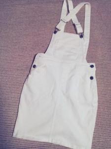 しまむらの白サロペットスカート