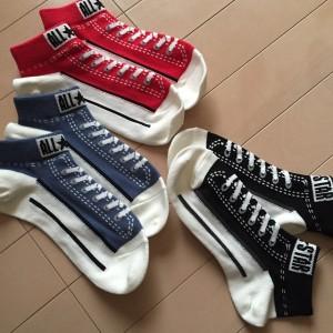 しまむらとコンバースのコラボの靴下です。 靴を脱いでも、スニーカーを履いているようなデザインの靴下がとっても可愛いですね。